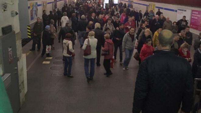 """Петербуржцы: утром на """"синей"""" ветке поезда ходили с увеличенным интервалом движения"""