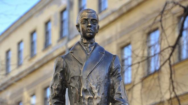 В Петербурге появился первый памятник Николаю Гумилеву
