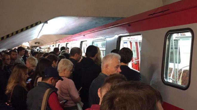 """Сломанные двери поезда на """"Владимирской"""" стали причиной большого затора на станции"""