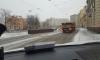 Выпавшие из грузовика огромные балки едва не придавили машины на набережной Карповки