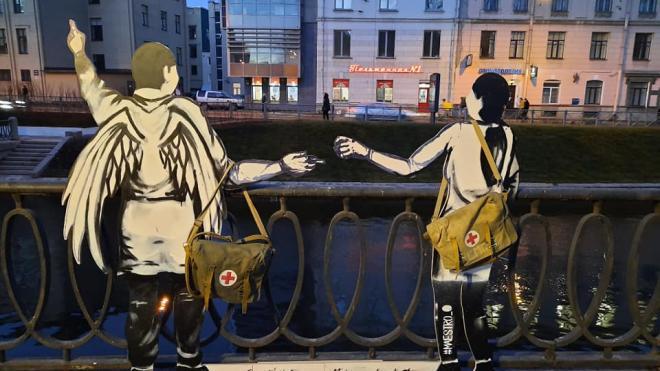На набережной Карповки появились фигуры ангела и медсестры
