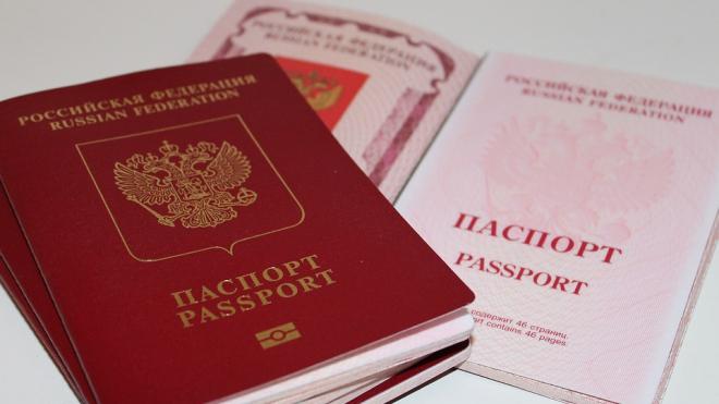 Георгий Полтавченко вручил паспорта выдающимся школьникам Петербурга