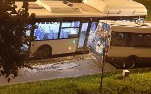 Автобус влетел в припаркованные на Кронштадтской улице автомобили