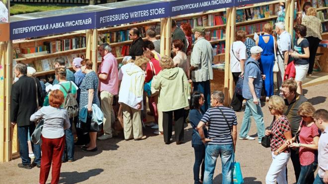 Второй Новогодний книжный салон открылся в Петербурге