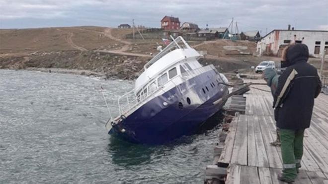 В Байкал у острова Ольхон вылились нефтепродукты