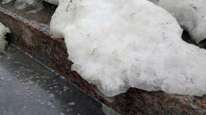 На Краснопутиловской выпал снег. Виновником стал холодильник