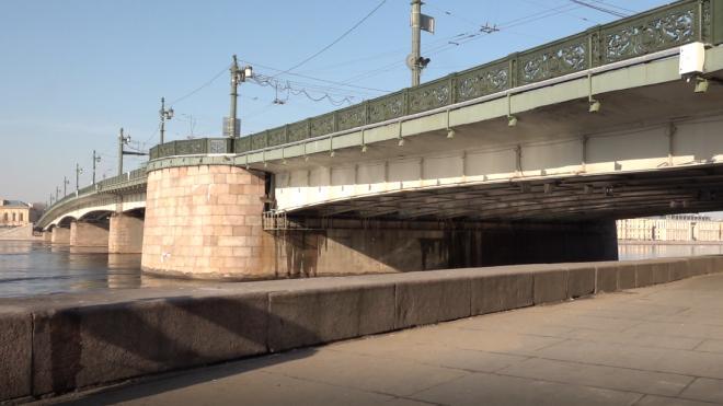 С Литейного моста ночью снимали упрямого пьяного экстремала