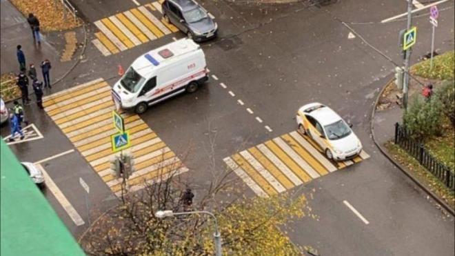 В Москве каршеринговый автомобиль после ДТП сбил насмерть пешехода на тротуаре