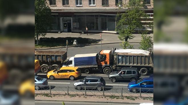 """Три грузовика на Народной улице собрались в мятый """"паровозик"""""""