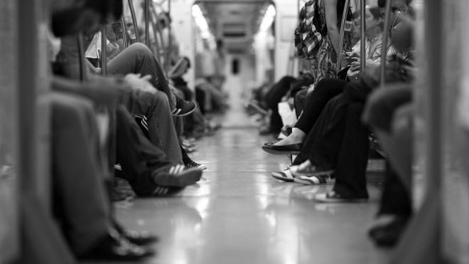 В метро Петербурга рассказали, почему в тоннелях нет освещения