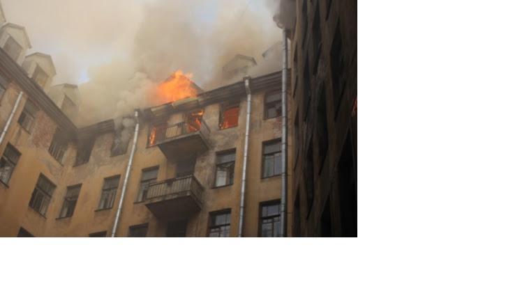 В третий раз за месяц: Дом Басевича на Петроградской стороне загорелся