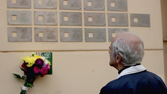 Депутат Борис Вишневский рассказал, когда памятные таблички жертвам политических репрессий могут вернуться на место