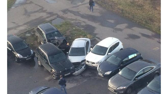 В Невском районе неадекватный водитель протаранил пять машин и пытался уехать