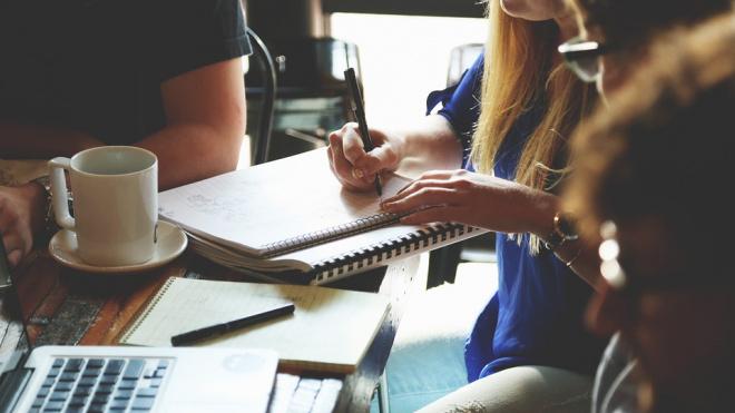 Петербургской молодежи, многодетным родителям и предпенсионерам помогут с работой