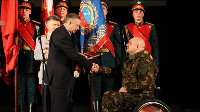 Беглов вручил ключи от новой квартиры бывшему спецназовцу