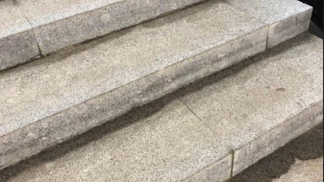 """Пассажиры заметили на """"Беговой"""" подтекающие ступени"""