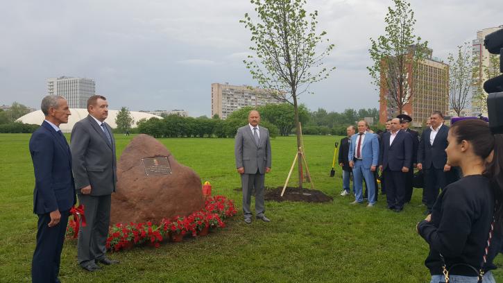 В Полюстровском парке открыли липовую аллею в честь 100-летия Уголовного розыска