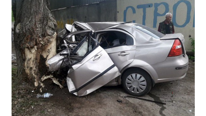 В Ленобласти машина вылетела на обочину и въехала в дерево