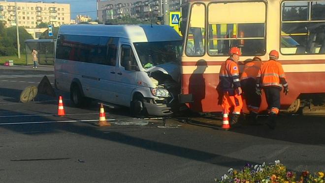 На проспекте Ветеранов маршрутка протаранила трамвай