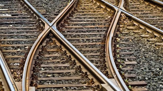Девушка шла по рельсам до станции и оказалась между двух поездов в Ленобласти