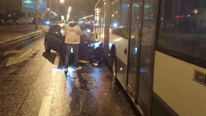 """На проспекте Большевиков """"Мазда"""" влетела в автобус"""