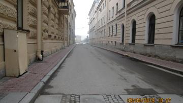 В Петербурге вымыли самую узкую улицу города