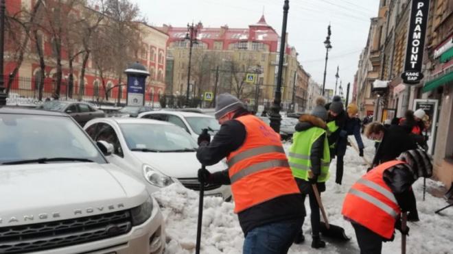 В минувшие выходные 62 тысячи человек очищали Петербург от снега и наледи