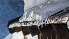 В Петербурге усилили контроль за уборкой снега с крыш