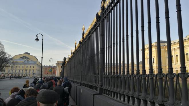 """В Русском музее и Эрмитаже выстроились """"праздничные"""" очереди"""