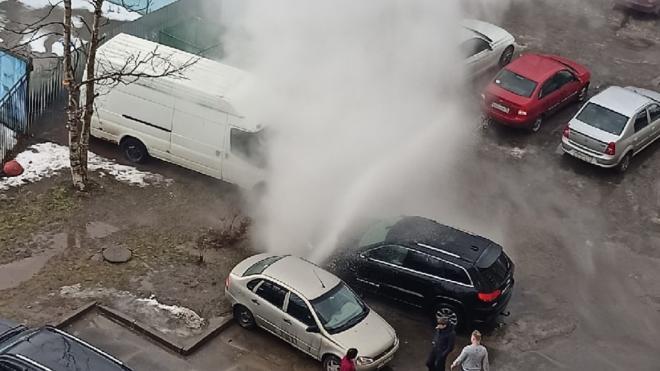 """""""Ладу"""" пришлось эвакуировать при помощи троса из-за прорыва трубы с горячей водой на Просвещения"""