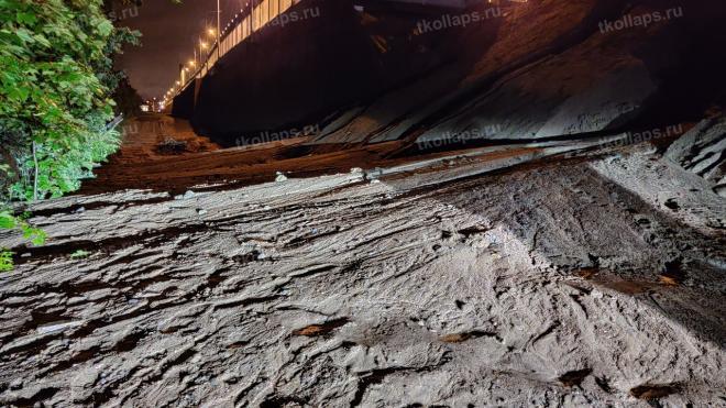 В Горелово обвалилась песчаная обсыпка моста на Красносельском шоссе