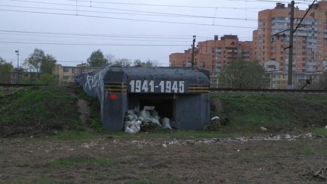 Фото: Блокадный памятник превратили в мусорку