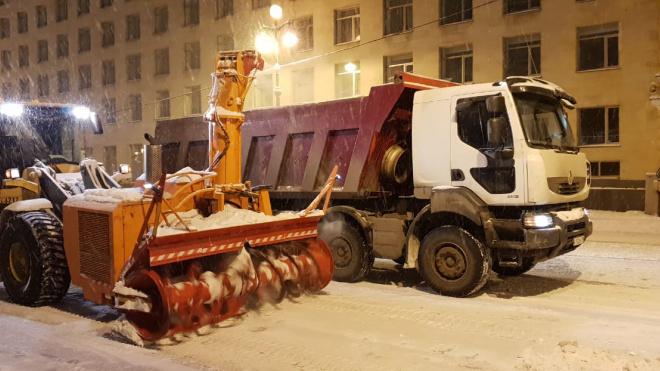 Петербургский снег с улиц города вывозят тонарами по 34 кубометра