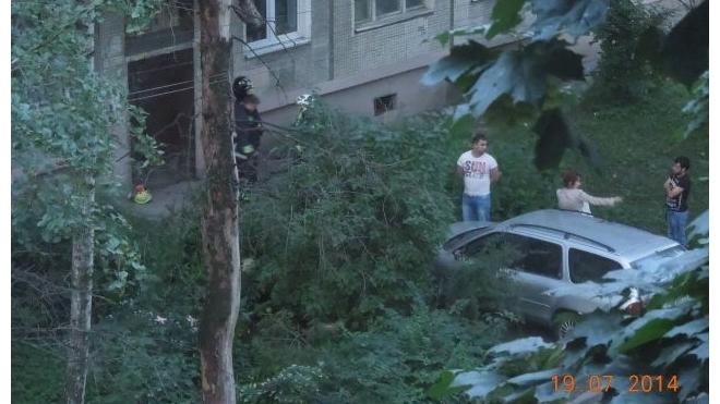 Загадочная авария на улице Бабушкина — автомобиль протаранил дверь жилого дома