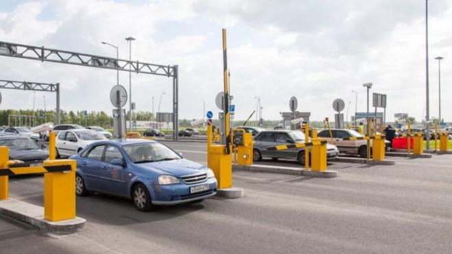 В Пулково автовладельцы попали в ловушку из-за неисправных шлагбаумов