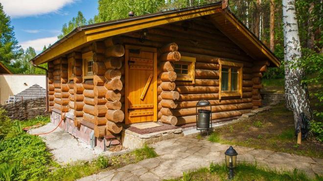 От посетителя бани в Сестрорецке остались только тапочки на берегу озера