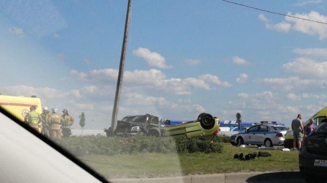 На Пулковском шоссе перевернулся автомобиль с двумя детьми внутри