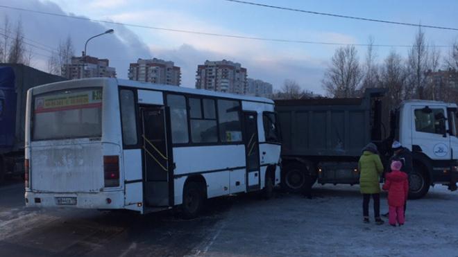 На мосту в сторону Рыбацкого проспекта маршрутка врезалась в грузовик