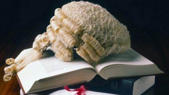 Британских судей выгнали с работы за просмотр пикантного видео