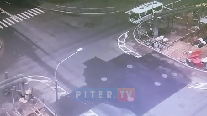 На перекрестке Замшиной и Бестужевской столкнулись иномарка и маршрутка