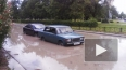 На Пражской улице забил гейзер из воды и грязи, проезжая ...
