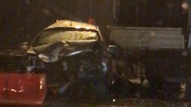 Три автомобиля столкнулись ночью на КАД: пострадавших забирал вертолет