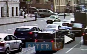 Видео: легковой автомобиль сбил двух пешеходов на Кадетской линии