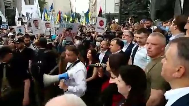 Возле здания администрации президента в Киеве начался митинг сторонников Порошенко