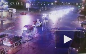 Момент ДТП: на пересечении Гражданского и Фаворского легковушка вылетела на тротуар