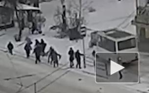 Видео из Челябинска: Маршрутка снесла людей на тротуаре