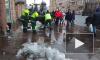 Сотрудники ТСЖ расчищают Невский проспект от наледи (видео)