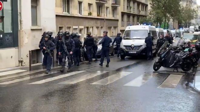 В Париже нескольких человек ранили у бывшего здания Charlie Hebdo