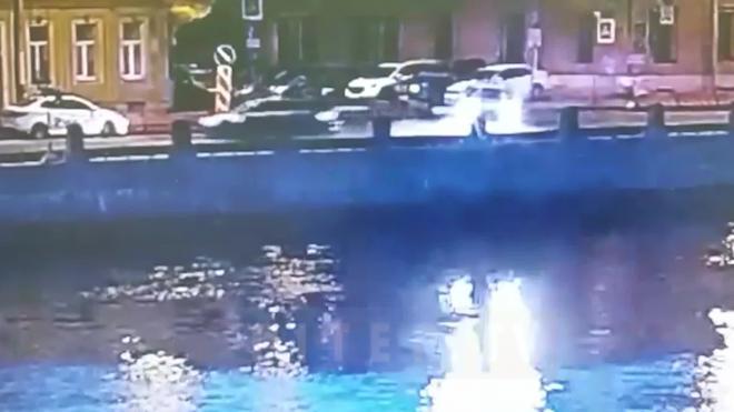 """Видео: побег от полицейских на набережной реки Фонтанки закончился для водителя """"встречей"""" с жилым домом"""
