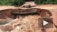 Видео: в Камбодже во время наводнения под мотоциклистами ...